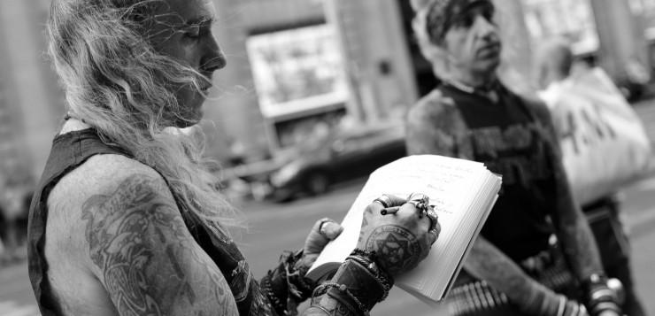 Hermanos Alcázar: «La gente necesita rellenar su vacío existencial con figurones absurdos»